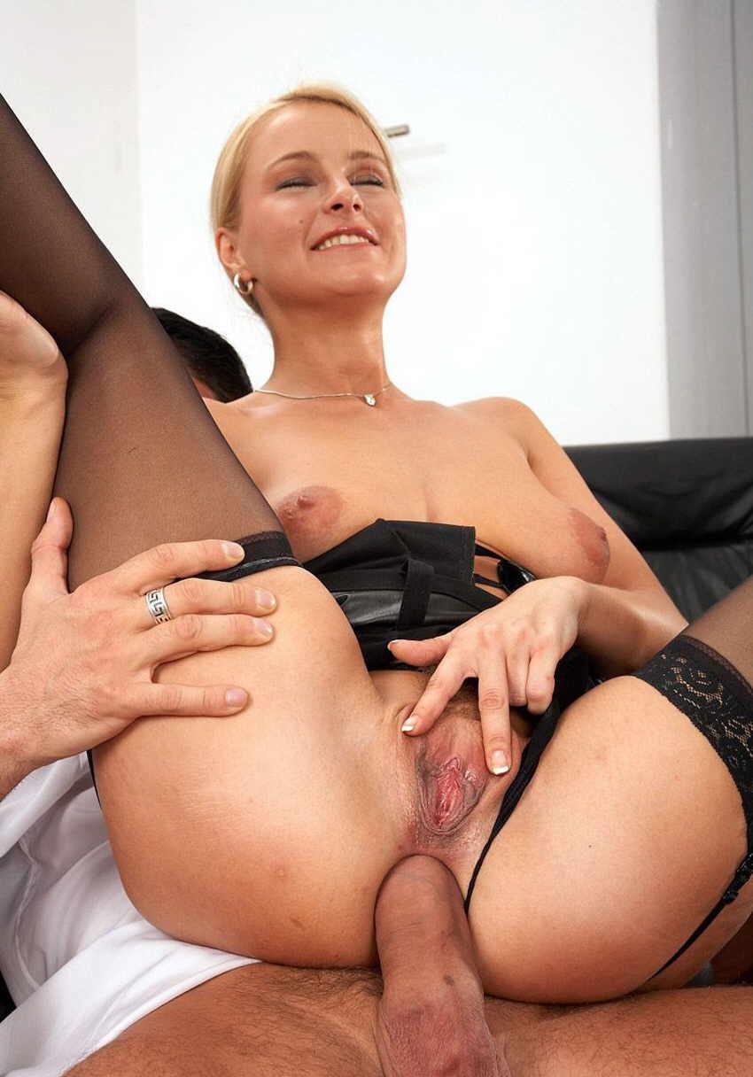 porno-strogaya-blondinka
